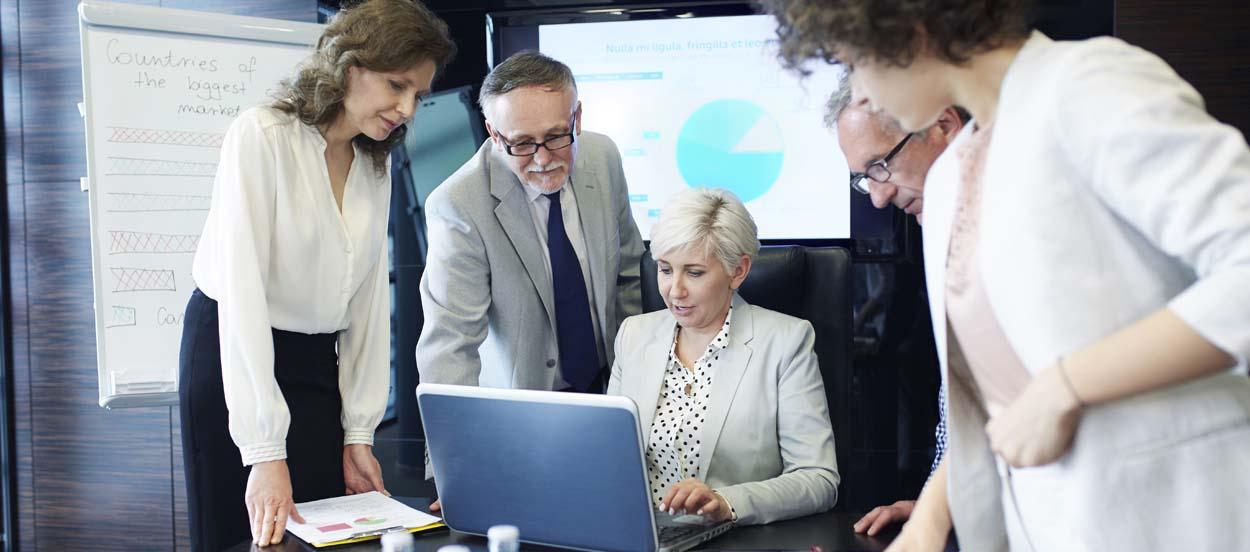 Un equipo de risk managers elaborando un informe de gestión de riesgos