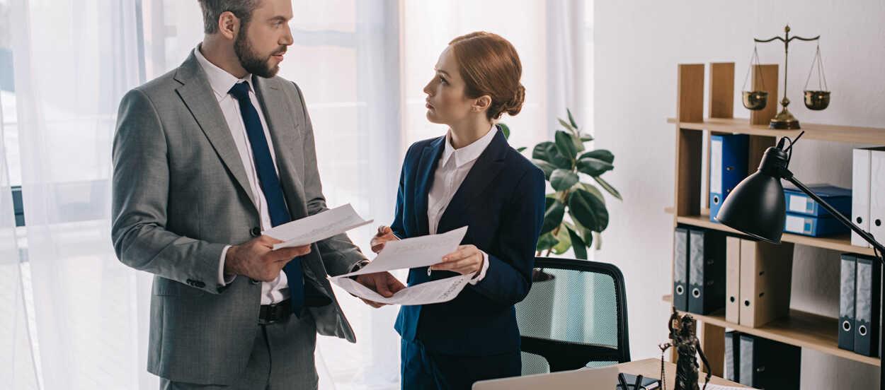 El riesgo legal es gestionado por los compliance officers de la empresa
