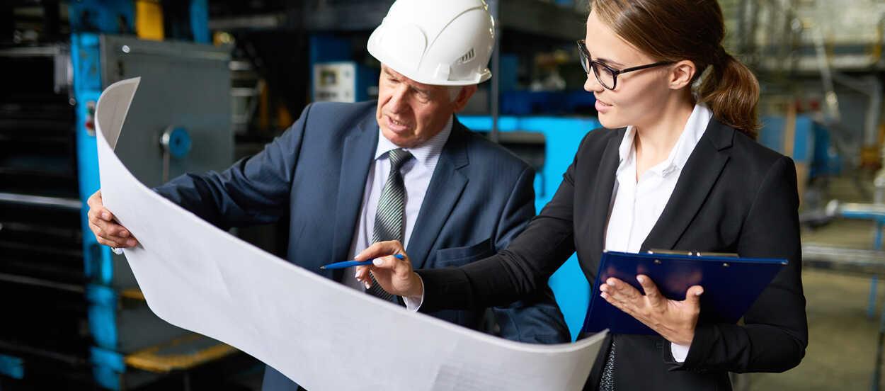 Una auditora ISO 9001 revisa el sistema de gestión de calidad de una empresa