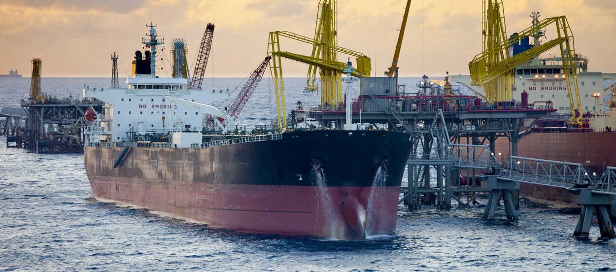 El buque es uno de los principales tipos de transporte del petróleo.
