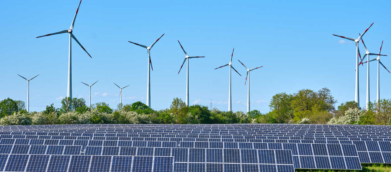 Proyectos innovadores de energía renovable con paneles solares y turbinas eólicas